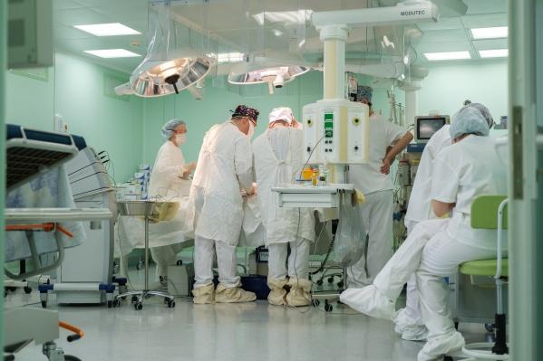 Комок волос, который пришлось доставать хирургам, занимал весь объем детского желудка