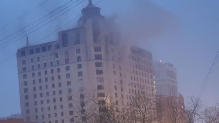 «Мужчина в окне просит о помощи». На Белинского загорелась 23-этажка
