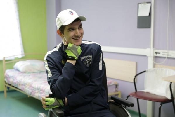 Максим получил травму во время тренировки. Через некоторое время его перевезли в Екатеринбург