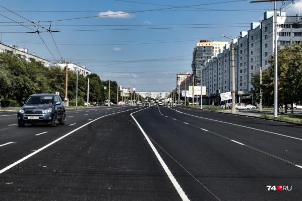 Большая часть Комсомольского проспекта — это по две автомобильные полосы в каждом направлении плюс одна автобусная и одна велосипедная