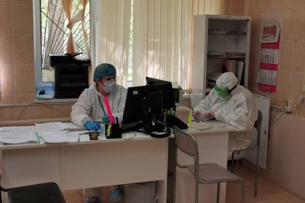 """Мужчина лежал в отделении для больных коронавирусом в областной клинической больнице <nobr class=""""_"""">№ 3</nobr> на проспекте Победы"""