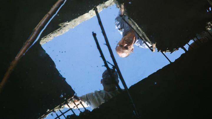 В Волгограде рабочий отравился парами ядовитого газа, рухнув в канализацию на стройплощадке