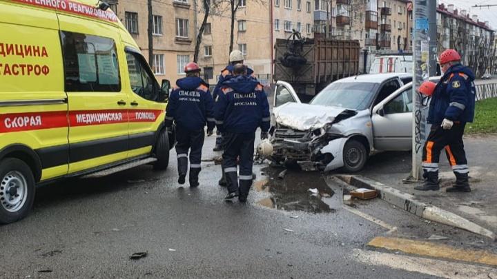 «Водитель был на носилках»: в центре Ярославля произошло крупное ДТП. Видео