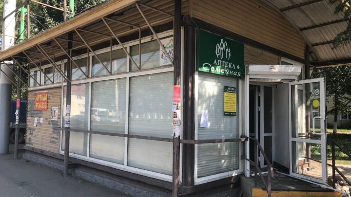 На остановке «Городок Водников» снесли павильон с аптекой