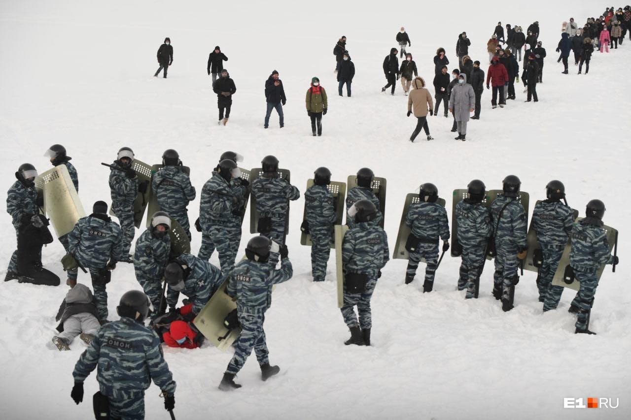 В Екатеринбурге протестующих выгнали на лед Городского пруда и уже оттуда стали «винтить»