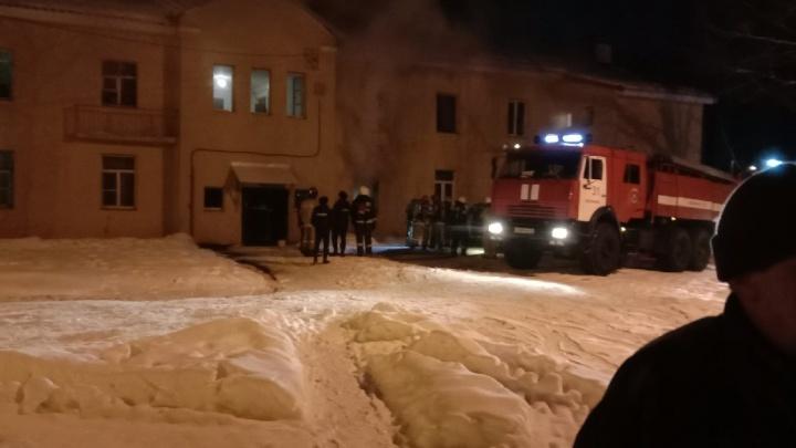 «Возгорание постоянно начинается снова»: в Ярославле в жилом доме во время пожара погиб человек