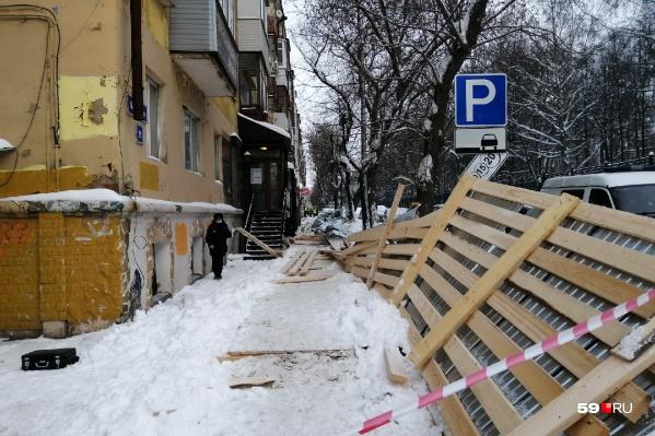 Строительный переход возле дома установили перед Новым годом