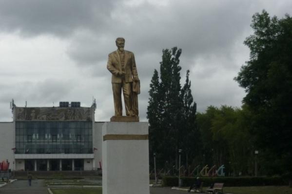 Памятник был установлен в сквере на улице Куйбышева