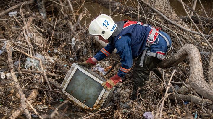 Спасатели показали, что вытащили из русла новосибирской реки, — 7 пугающих кадров с места