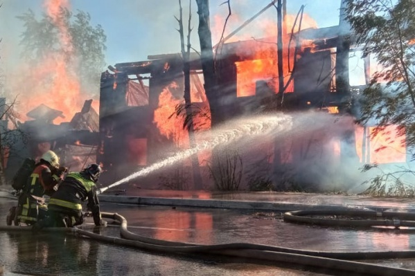 """В МЧС уточнили, что на другие дома пламя не <nobr class=""""_"""">перекинулось —</nobr> удалось его сдержать"""