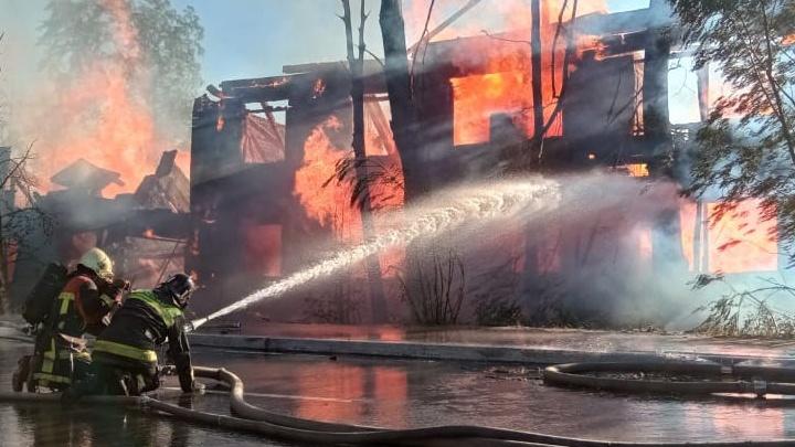 «Треск и дым неслабый». В Архангельске вновь горела нежилая «деревяшка» — теперь в Соломбале