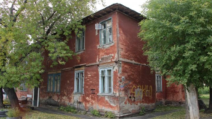 Прокуратура потребовала расселить барак на 20 лет РККА. Мы съездили посмотреть, кто в нём живет