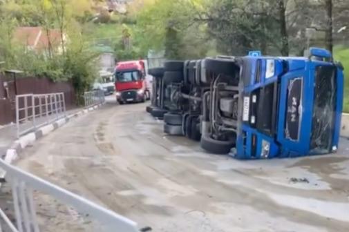 В Сочи встала трасса из-за перевернувшейся фуры