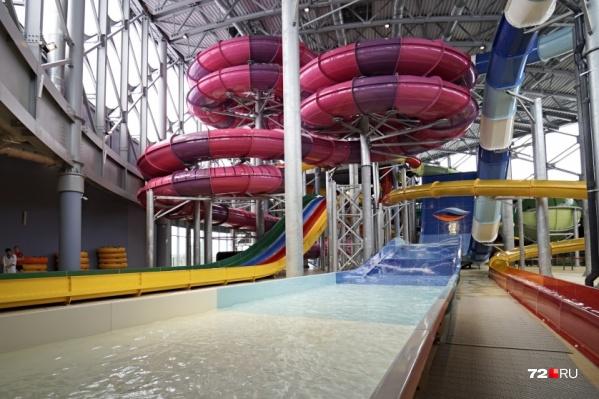 Сразу после гибели отдыхающего доступ на водные горки закрыли для всех гостей аквапарка, а место ЧП загородили ширмами