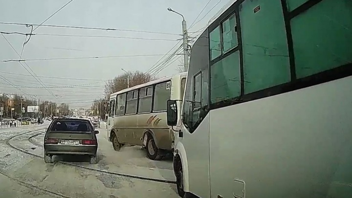 Группа разбора: маршрутчик угрожал водителю за отказ выпускать его от остановки — кто больше неправ?