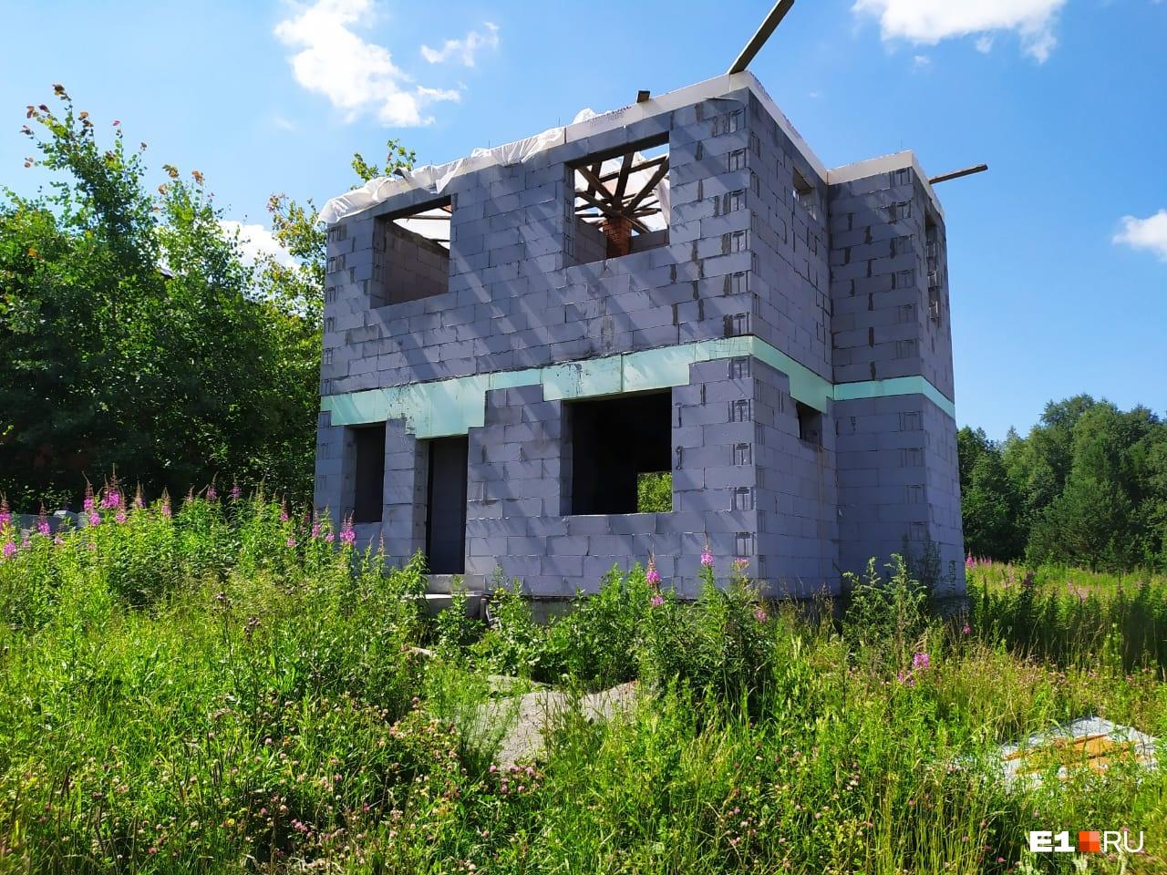 Леонид Дудин надеется продать участок вместе с недостроенным домом