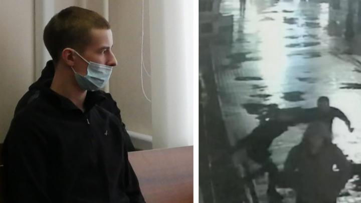Наносит несколько ударов, валит на землю. Публикуем видео убийства у бара «Американка» в Екатеринбурге