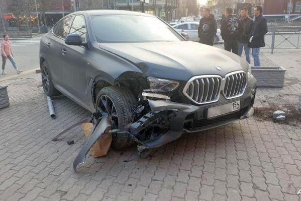 BMW сразу после столкновения с клумбами (водитель и пешеходы не пострадали)
