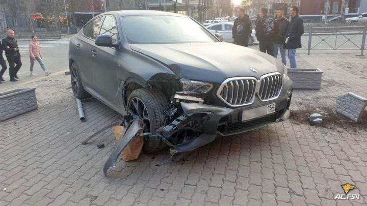 Новое ДТП на выделенке Красного проспекта— мчавшийся BMWX6 вылетел на тротуар и разнес клумбы
