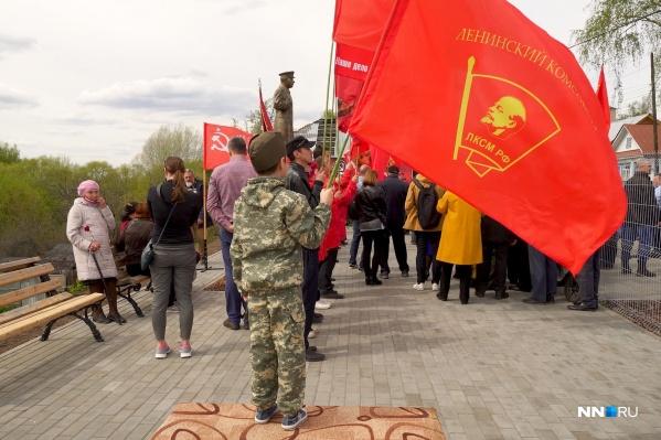 Собравшиеся принесли на мероприятие коммунистические флаги