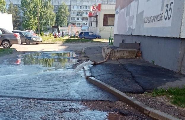 «А если ребенок в кипяток упадет?»: в Ярославле улицу залило горячей водой из подвала. Видео