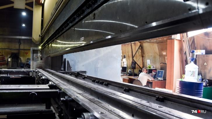 Огромный стенд для гибки металла позволяет работать с шестиметровыми листами проката. Если до его появления рама сваривалась из отдельных частей, то теперь ее лонжероны цельные