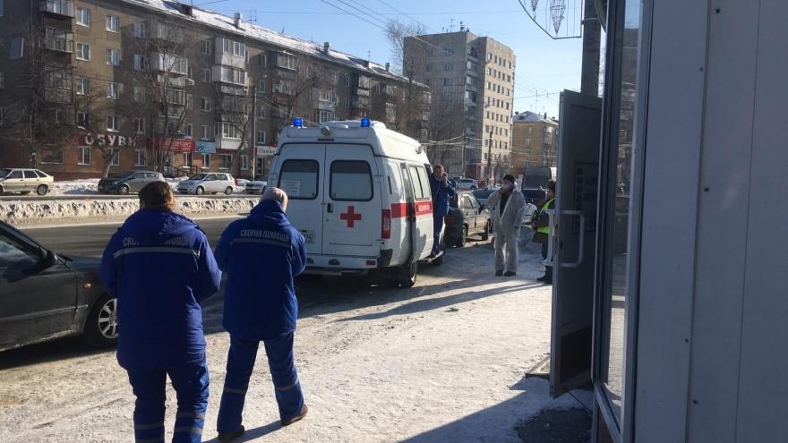 Скорая с пациентом попала в ДТП на оживленном перекрестке в Челябинске. В аварии пострадал фельдшер