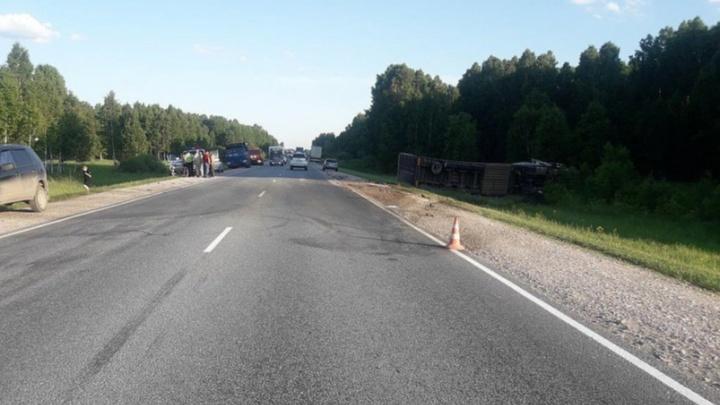«Ниссан» попал в смертельную аварию с двумя грузовыми машинами на новосибирской трассе