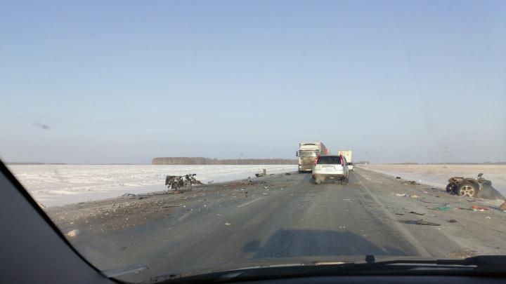 На трассе в Любинском районе столкнулись «Мерседес» и грузовик: два человека погибли