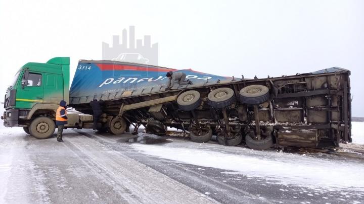 Ураганный ветер перевернул фуру под Красноярском