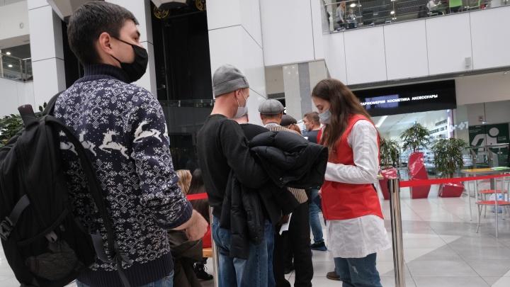 В челябинском ТРК выстроились очереди из желающих бесплатно привиться откоронавируса