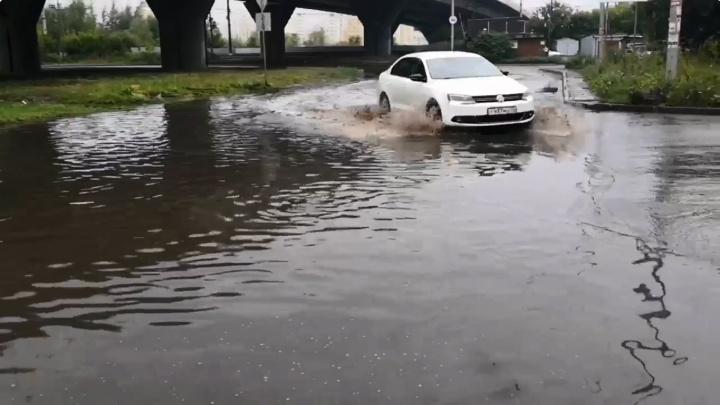 В Омске из-за дождей топит дороги — некоторые отремонтировали недавно