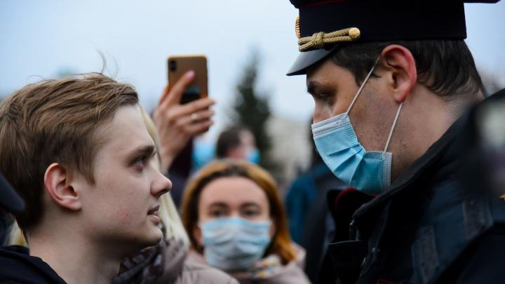 Позировали дрону и включали фонарики: фоторепортаж с акции в поддержку Навального в Архангельске