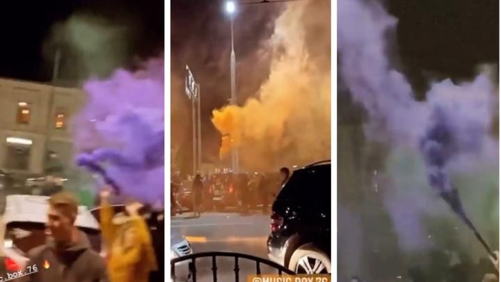 Разгулявшихся тусовщиков крутил ОМОН: в центре города перекрыли движение и зажгли дымовые фаеры