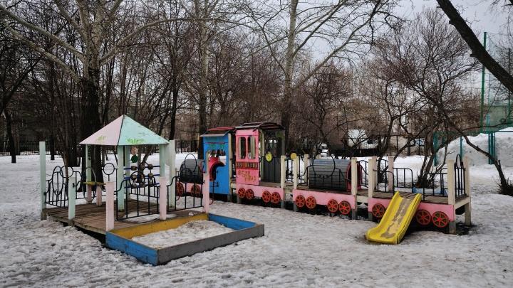 В Екатеринбурге прокуратура и ГЖИ нашли 13 опасных детских площадок