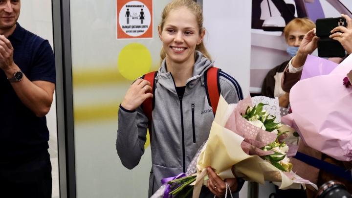 В Челябинске цветами и овациями встретили спортсменку, завоевавшую серебряную медаль на Олимпиаде