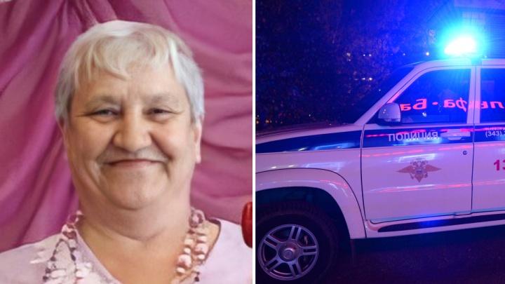 В Свердловской области полиция и волонтеры ищут женщину, которая ушла за ягодами в лес и пропала