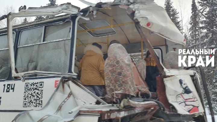 На трассе Соликамск — Красновишерск лесовоз врезался в автобус с пассажирами