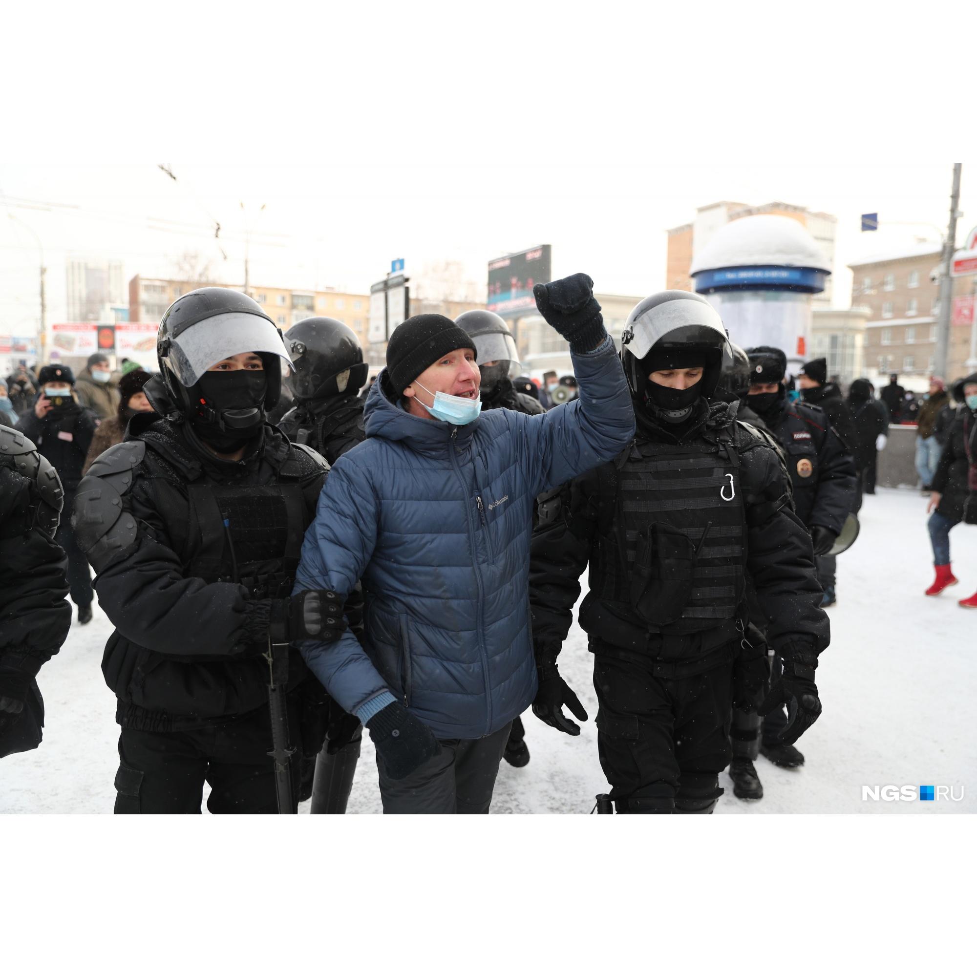 Этого человека задержали в районе метро «Красный проспект». За что именно — неизвестно