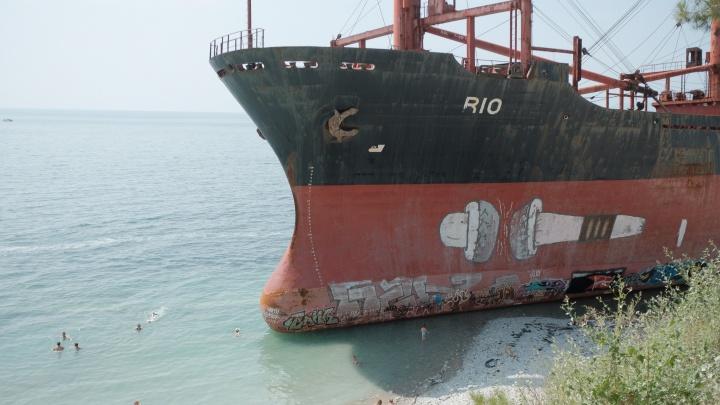 """«Когда """"Рио"""" распилят». Как один турецкий корабль изменил жизнь поселка на юге России"""