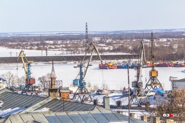 """Сейчас речной порт находится в центре Самары, но его планируют <a href=""""https://63.ru/text/theme/19297/"""" target=""""_blank"""" class=""""_"""">перенести</a>"""