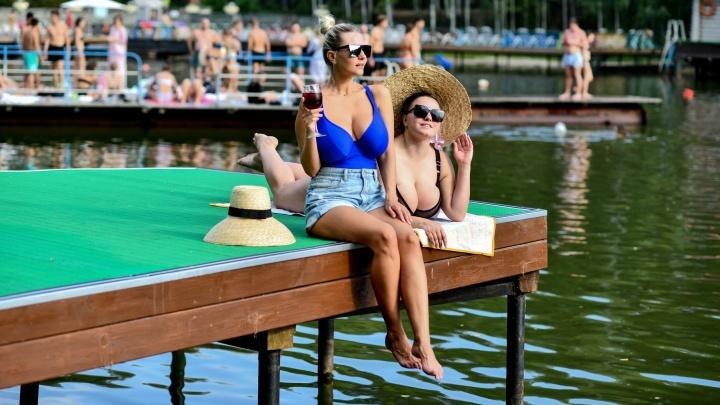 Красотки в купальниках на пляжах Екатеринбурга: горячий фоторепортаж в один из самых жарких дней лета