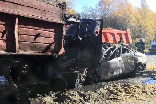 Водитель умер на месте ДТП: в Ярославской области после столкновения с грузовиком загорелась легковушка