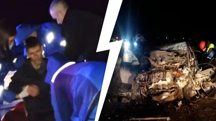 Очевидцы помогали медикам скорой вытаскивать пострадавших: на Урале в жутком ДТП погибло три человека