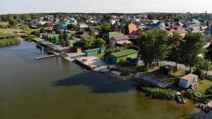 Собственный пирс и личные набережные. Жители Боровского застроили всю береговую зону озера Андреевского и не пускают никого к воде