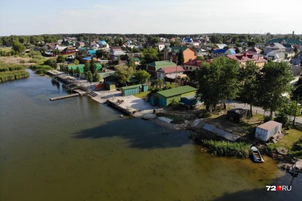 По всему берегу местные жители сделали себе собственный выход к воде, к которому остальным жителям подойти невозможно