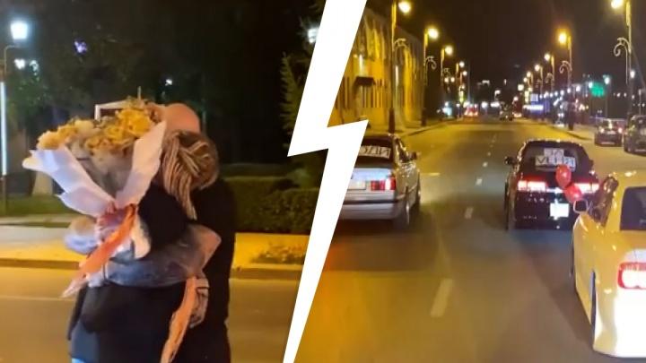 Она сказала «да»? Тюменец сделал возлюбленной предложение на оживленной улице в центре города