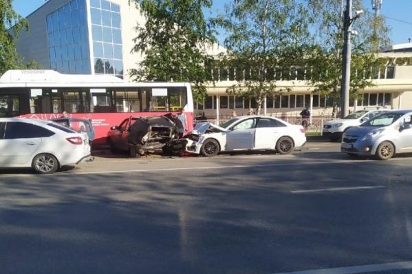 В массовом ДТП пострадали четыре машины и автобус