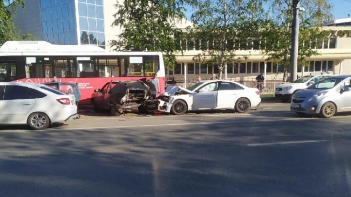 В Перми столкнулись четыре машины и автобус: пострадала женщина