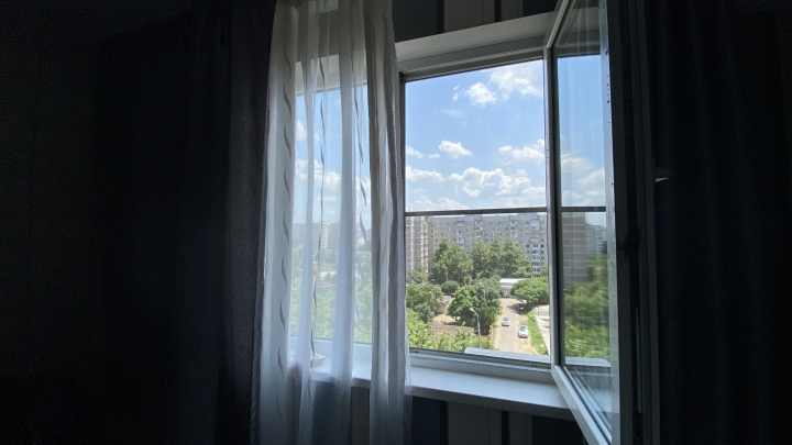 В центре Краснодара 4-летний мальчик выпал из окна и выжил, попав на машину